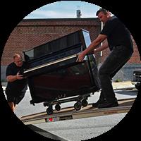Piano flyttes ned fra bil